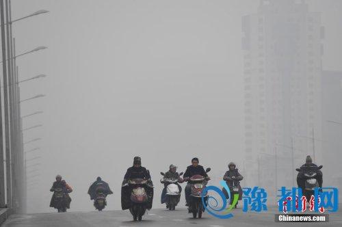 资料图:12月13日,山西太原,民众在雾霾中出行。<a target='_blank' href='http://www.chinanews.com/'></table>中新社</a>记者 武俊杰 摄