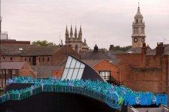 """行走的""""蓝精灵"""":英民众举行蓝色艺术游行"""