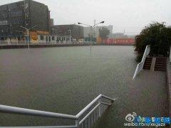 河南新乡遭百年一遇暴雨 雨量远超武汉