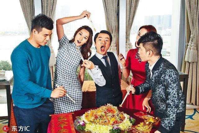 为了预祝在鸡年大展鸿图,祖蓝率旗下艺人徐子珊、张彦博、玛姬和赵劲皓捞鲍鱼。众星边捞边吃,称将食物捞得愈高愈好,寓意风生水起,公司个个艺人都赚得盘满钵满。