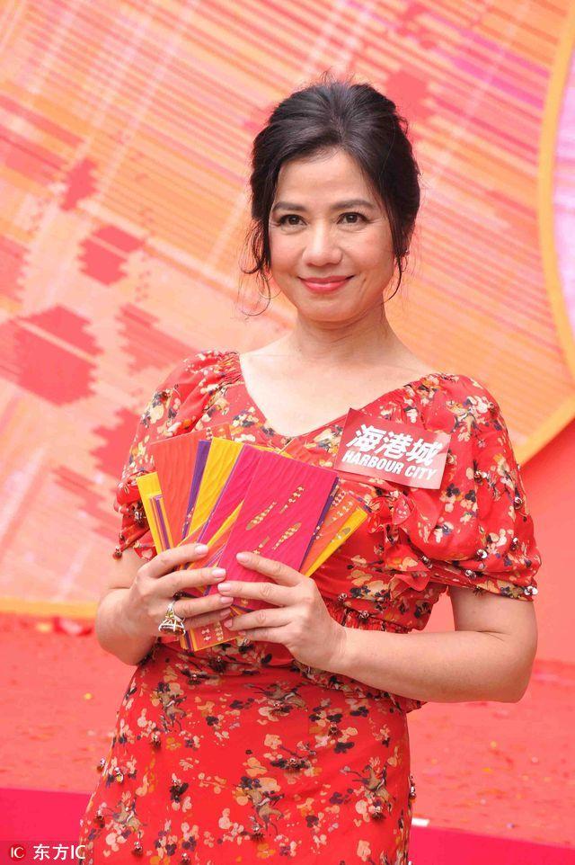 2017年1月31日,香港海港城每年一度的新春庆典举办,吸引了大批市民观赏,场面非常热闹。在一轮精彩的舞龙舞狮表演之后,钟楚红与财神爷一起登台派红包,祝愿大家新春大吉大利。