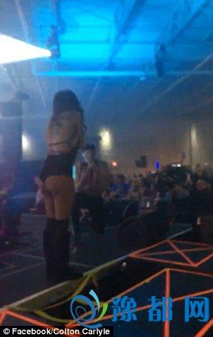 乐极生悲:男子当众求婚 女友摔下舞台