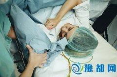 女子剖腹产后体内疑现纱布 医生称系手术后塞入