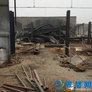 郑州师家河村一在建厂房倒塌 砸倒小学院墙1人受伤