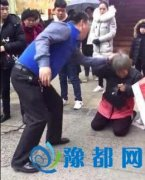 老人跪地遭儿当街暴打 警方:打人者患精神疾病
