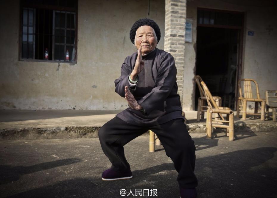 """近日,据人民日报官方微博报道,浙江宁波宁海力洋镇,94岁的功夫奶奶张荷仙,4岁开始习武,近90年来勤练不辍,以拳、腿、棍为三绝,人称""""功夫奶奶""""。虽年过九旬,她依然健步如飞,作息规律。因有一身本领,年轻时,她曾勇斗乡里无赖,还曾单挑恶霸。厉害了我的功夫奶奶!(蔡铁峰)图片来源:人民日报官方微博"""
