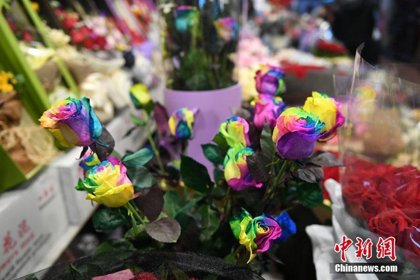 2月14日,情人节将至,在长春市销售鲜花的商家们为吸引顾客眼球,奇思妙想,香皂花、玩偶花、彩色花应有尽有,创意十足。