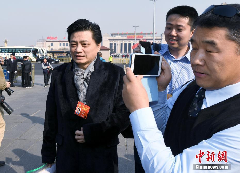 3月3日,全国政协十二届五次会议在北京人民大会堂开幕,崔永元委员步入会场。中新社记者 侯宇 摄