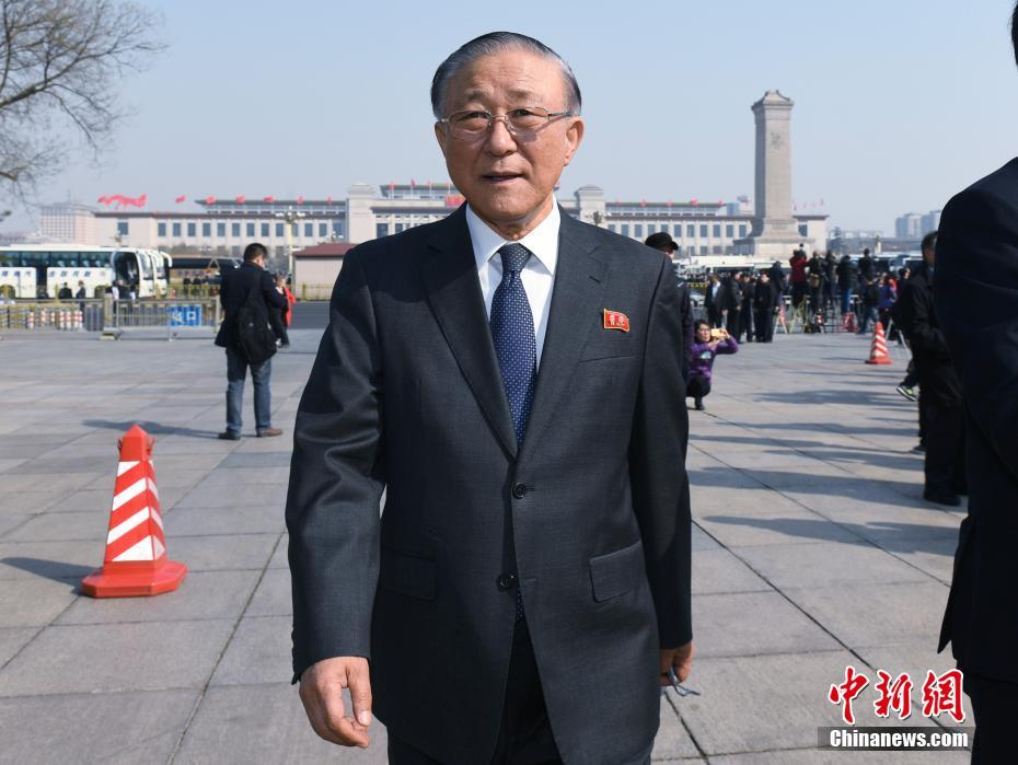 3月3日,全国政协十二届五次会议在北京人民大会堂开幕,朝鲜驻华大使池在龙步入会场。中新社记者 侯宇 摄
