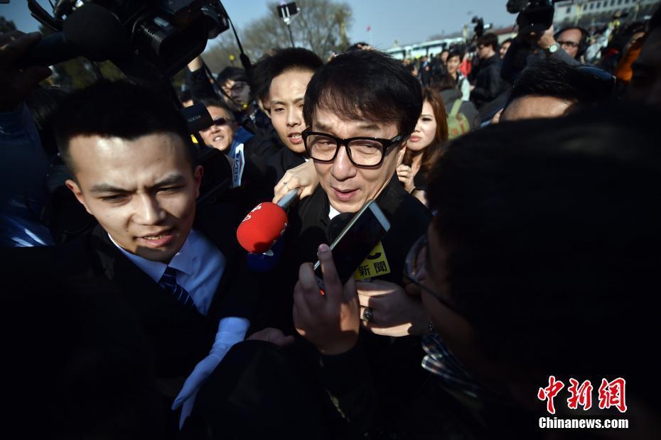 3月3日,全国政协十二届五次会议在北京人民大会堂开幕,成龙委员被记者围堵采访。中新社记者 金硕 摄
