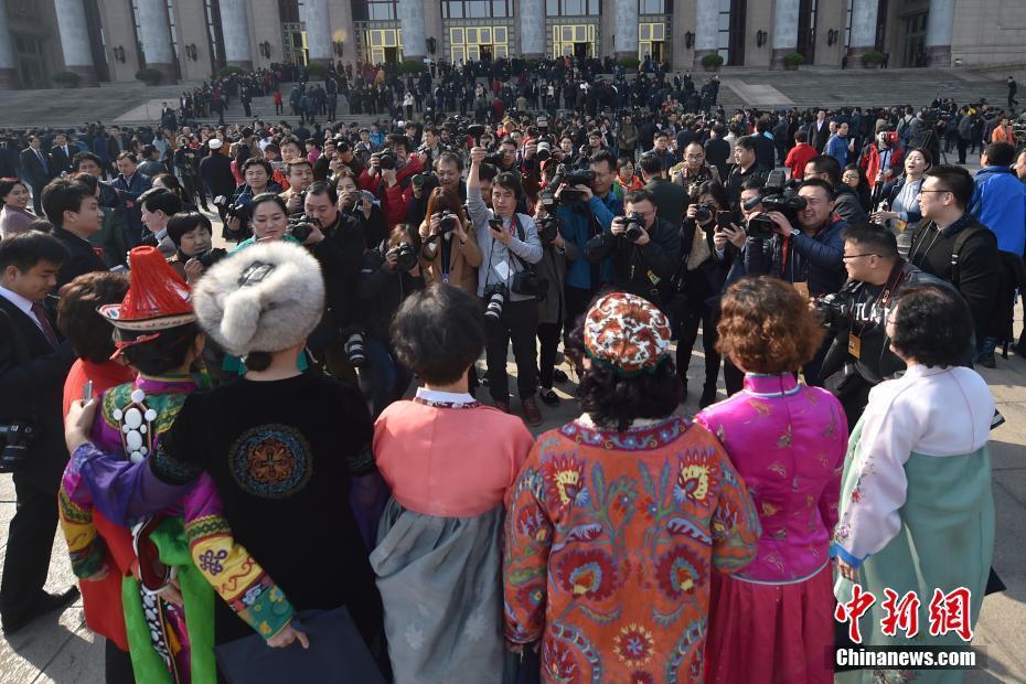 3月3日,全国政协十二届五次会议在北京人民大会堂开幕,少数民族委员在大会堂前合影。中新社记者 金硕 摄
