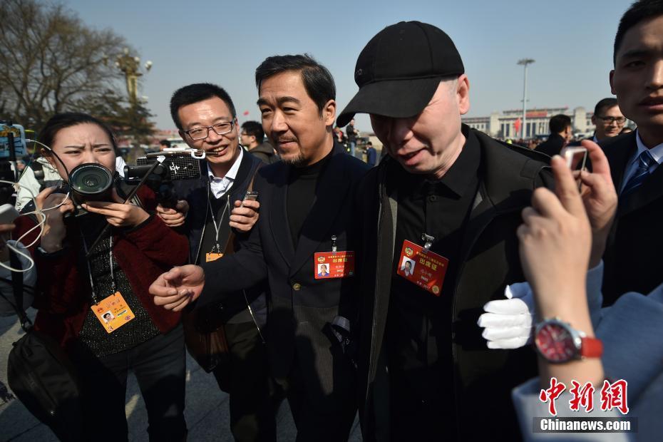 3月3日,全国政协十二届五次会议在北京人民大会堂开幕,张国立委员和冯小刚委员步入会场。中新社记者 金硕 摄