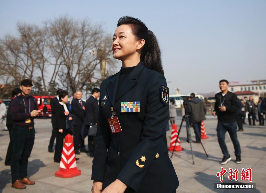 3月3日,全国政协十二届五次会议在北京人民大会堂开幕,宋祖英委员快步入会场。中新社记者 赵隽 摄