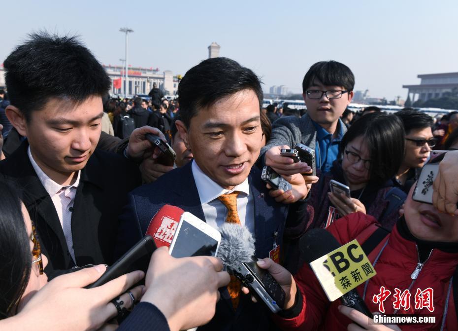 3月3日,全国政协十二届五次会议在北京人民大会堂开幕,李彦宏委员步入会场。中新社记者 侯宇 摄