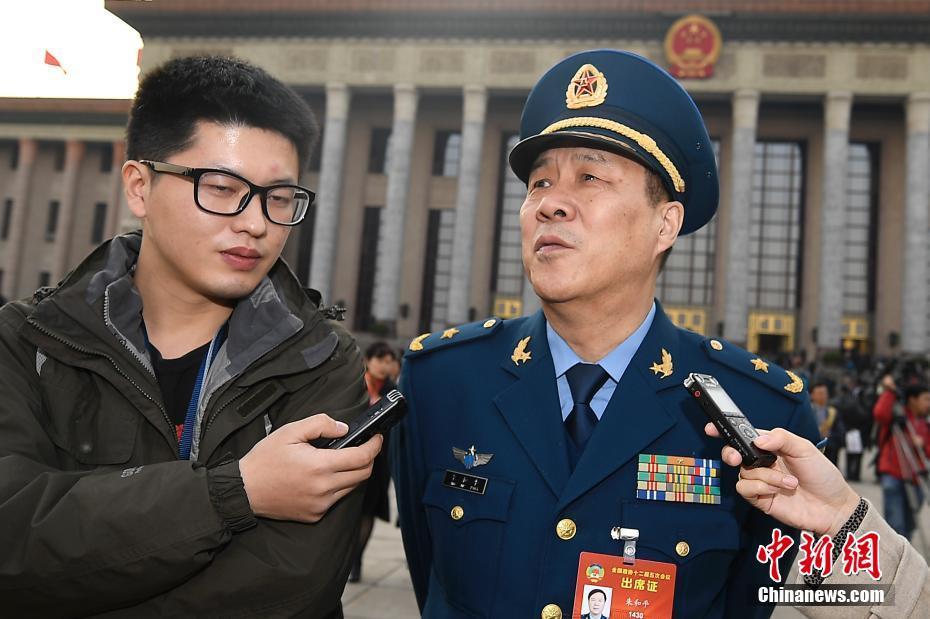 3月3日,全国政协十二届五次会议在北京开幕,朱和平委员接受记者采访。 中新社记者 韦亮 摄