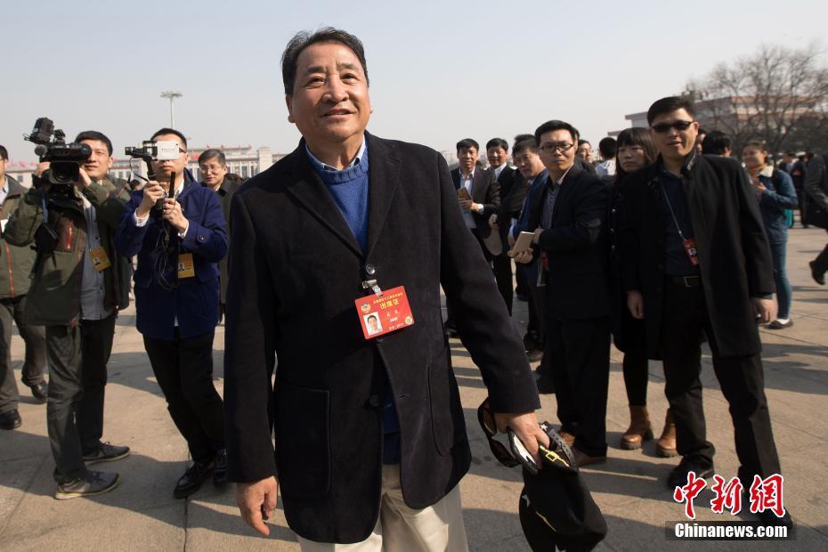 3月3日,全国政协十二届五次会议在北京人民大会堂开幕,姜昆委员步入会场。中新社记者 泱波 摄