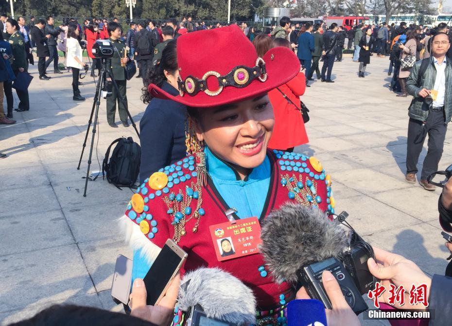 3月3日,全国政协十二届五次会议在北京人民大会堂开幕,茸芭莘那委员接受记者采访。中新社记者 赵隽 摄