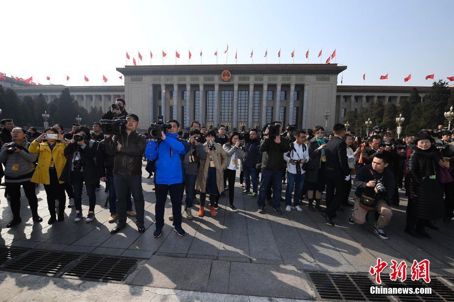3月3日,全国政协十二届五次会议在北京人民大会堂开幕,众多记者聚焦会议。中新社记者 韦亮 摄