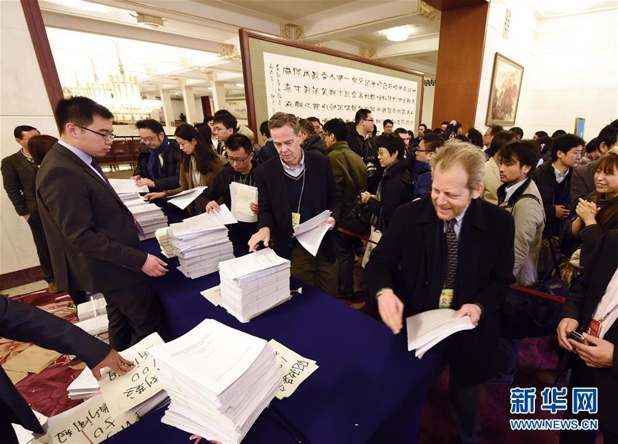 3月5日,第十二届全国人民代表大会第五次会议在北京人民大会堂开幕。这是记者在人民大会堂内领取大会相关文件。 新华社记者杨宗友摄
