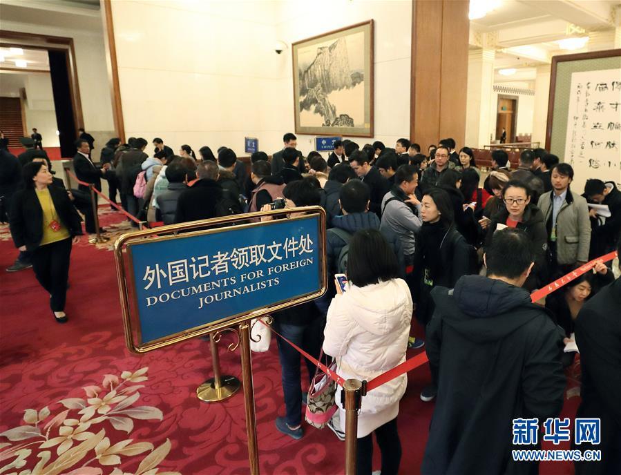 3月5日,第十二届全国人民代表大会第五次会议在北京人民大会堂开幕。这是记者在人民大会堂内排队领取大会相关文件。 新华社记者王晔摄