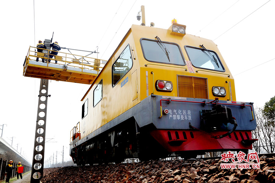 """3月17日,记者从郑州铁路局获悉,郑州铁路局郑州供电段为陇海铁路""""把脉问诊"""",确保供电设备""""健康""""。"""