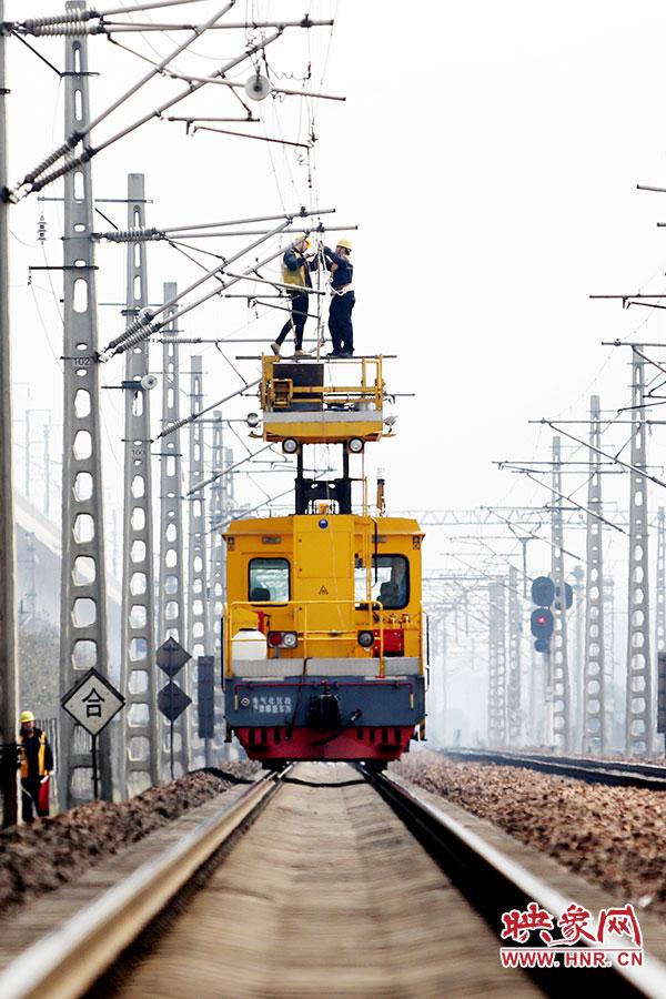 """3月17日,映象网记者从郑州铁路局获悉,郑州铁路局郑州供电段为陇海铁路""""把脉问诊"""",确保供电设备""""健康""""。"""