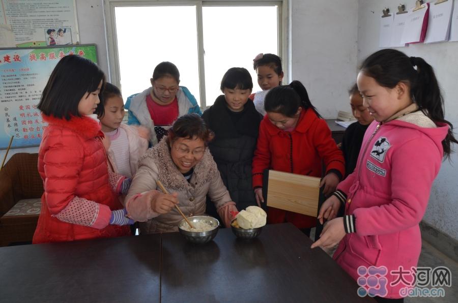 中午吃饭的时间到了,孩子们抢着给她打饭,围在旁边嘘寒问暖。