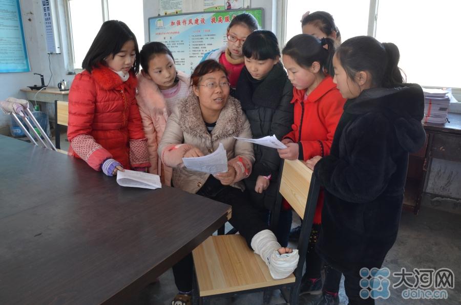 薛改霞从教20年,多次获奖,深受学生爱戴,这种敬业的精神,无形中给学生树立了一种榜样,有时候身体力行,也许是最好的教育。