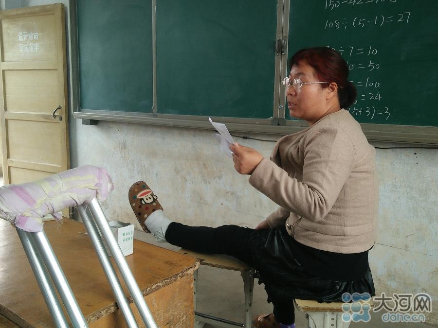 """薛老师主要教五年级和六年级的数学,还是六年级的班主任,除了数学还教五年级的""""科学""""""""音乐""""""""美术"""",一天要上六节课,为了减少上厕所的次数,她一天几乎不喝水。"""