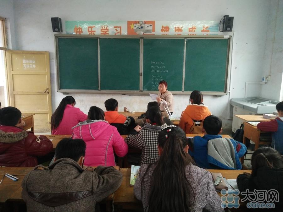 薛改霞在为孩子们上课
