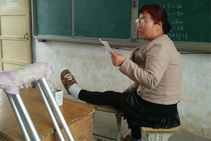 郏县一教师左腿腓骨骨折不休息 拄双拐一天教六节课