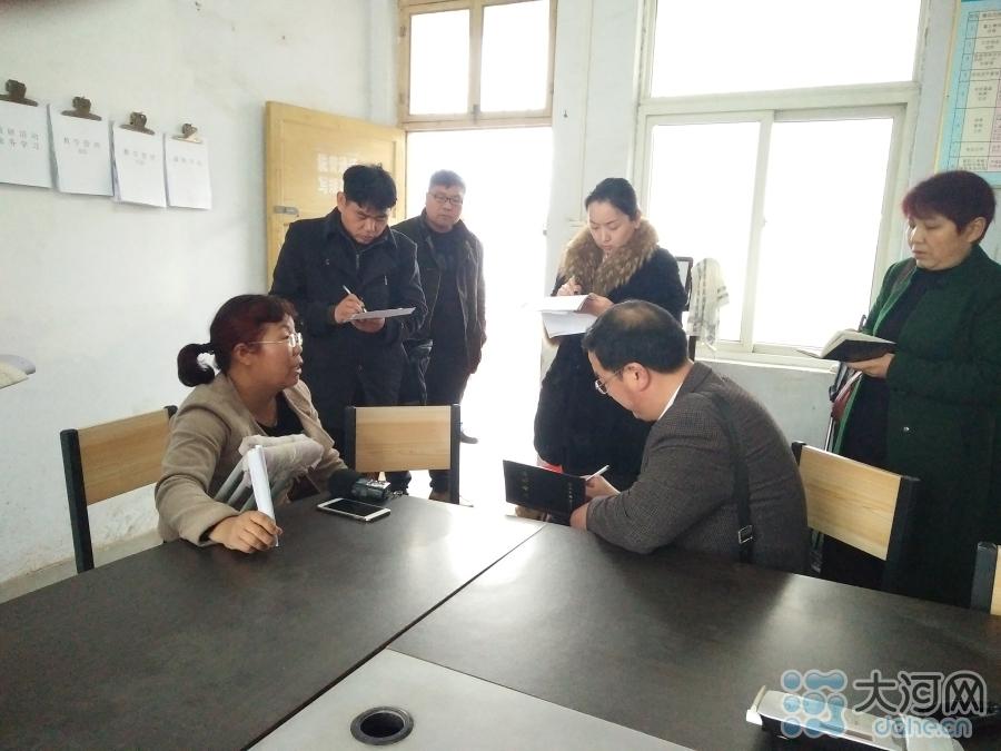 媒体记者在采访薛改霞。