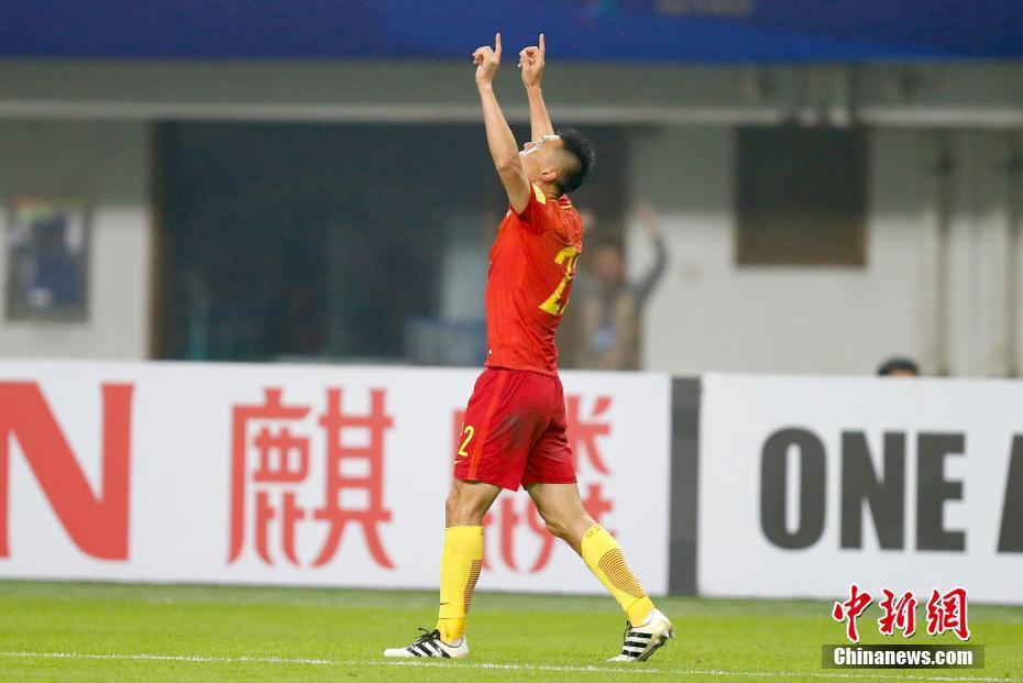 这不仅是国足在本届12强赛中的首场胜利,也是自2010年的东亚四强赛之后,中国队再度击败韩国队。图为中国球员于大宝率先进球后庆祝。 中新社记者 富田 摄