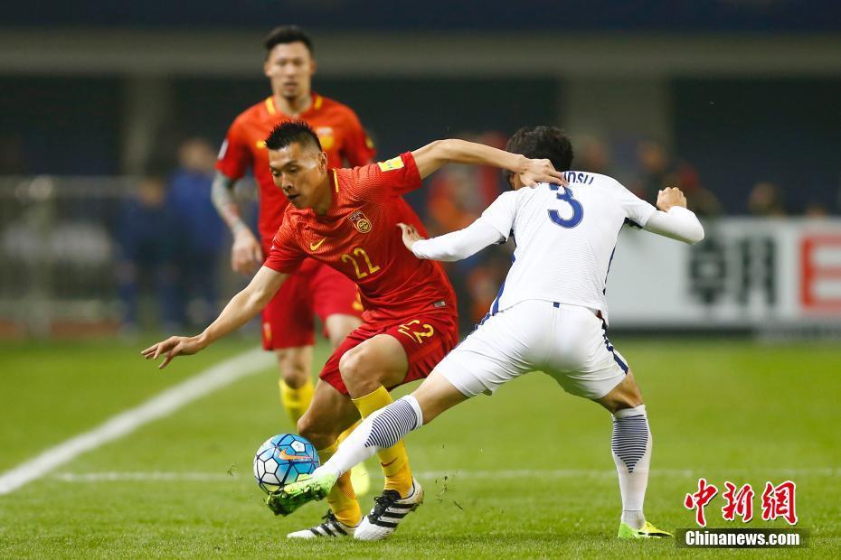 对于中国队而言,若想保留进军2018世界杯决赛圈的可能,本场比赛必须全取三分。图为中国球员于大宝突破。 中新社记者 富田 摄