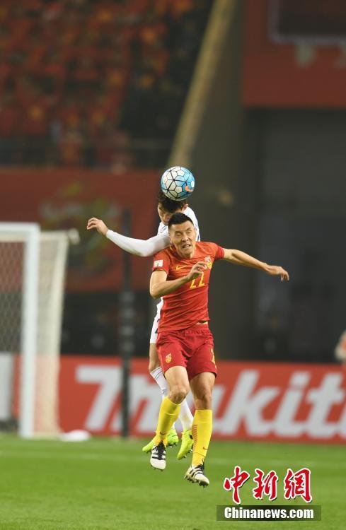 12强赛前半程的5场比赛,国足仅积2分且一场不胜,距离小组第三的乌兹别克斯坦队尚有7分差距。中国队与韩国队队员正在积极拼抢。 中新社记者 杨华峰 摄