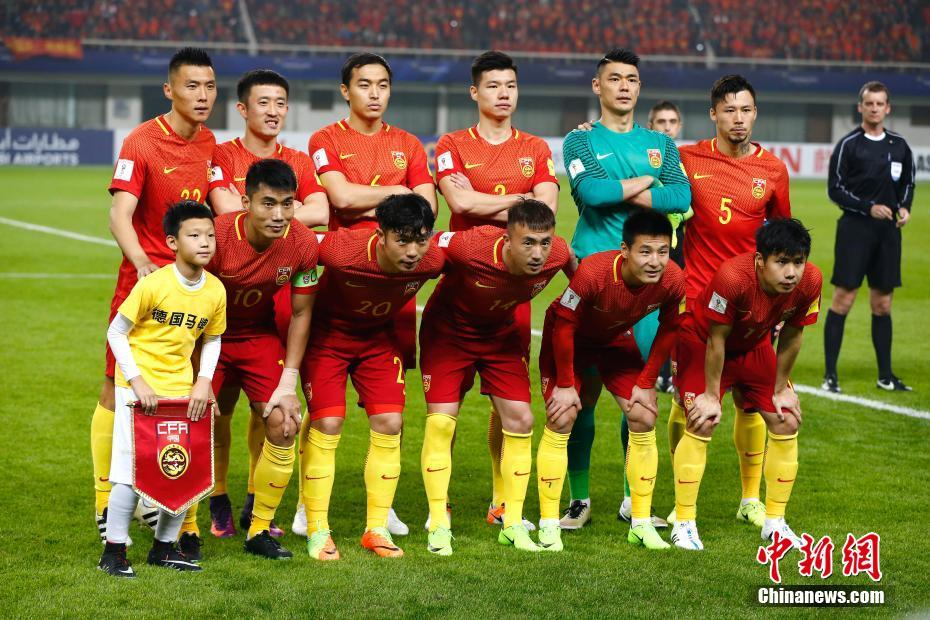 中国队首发亮相赛场。 中新社记者 富田 摄