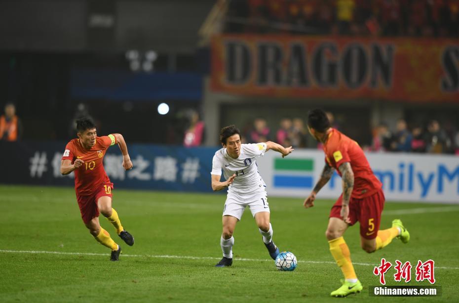 中国队与韩国队队员正在积极拼抢。 中新社记者 杨华峰 摄