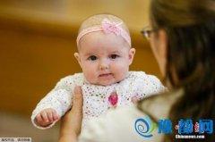 女子为摆脱童年阴影常扮婴儿:含奶嘴穿纸尿裤