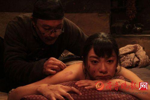 还有一场戏,是张雨绮扮演的田小娥被族人打,吴刚扮演的鹿子霖给裸背的她抹药。