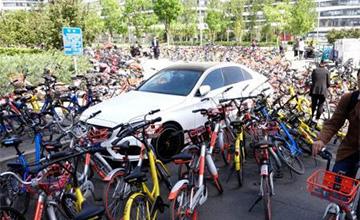 """北京共享单车数量激增 汽车路边被""""围堵"""""""