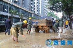 暴雨突袭 重庆武隆爆发山洪 道路积水严重