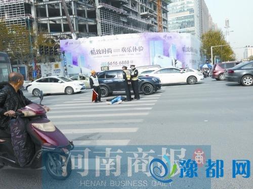 男子交通违法被查后躺路上不起 撕破执法记录本