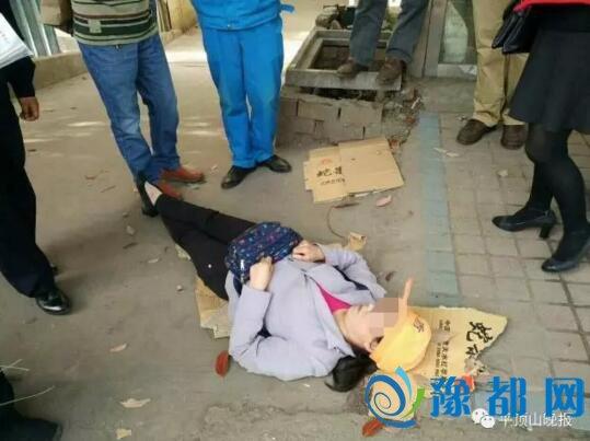 平顶山一环卫女工躺倒在地 称被人扇耳光跺腹部