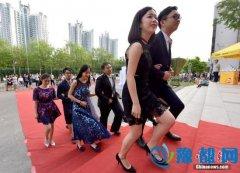 北京高校毕业生走红地毯宛如明星派对