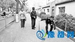 郑州一绿化带惊现黑眉锦蛇 小学生吓得直尖叫