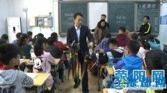 荥阳农商银行为学校师生送爱心伞