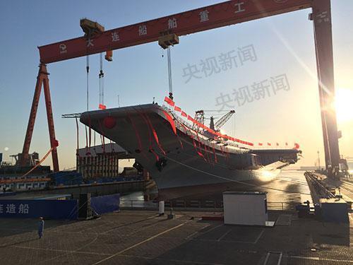 第二艘航空母舰由我国自行研制,2013年11月开工,2015年3月开始坞内建造。目前,航空母舰主船体完成建造,动力、电力等主要系统设备安装到位。出坞下水是航空母舰建设的重大节点之一,标志着我国自主设计建造航空母舰取得重大阶段性成果。下一步,该航空母舰将按计划进行系统设备调试和舾装施工,并全面开展系泊试验。来源:央视新闻