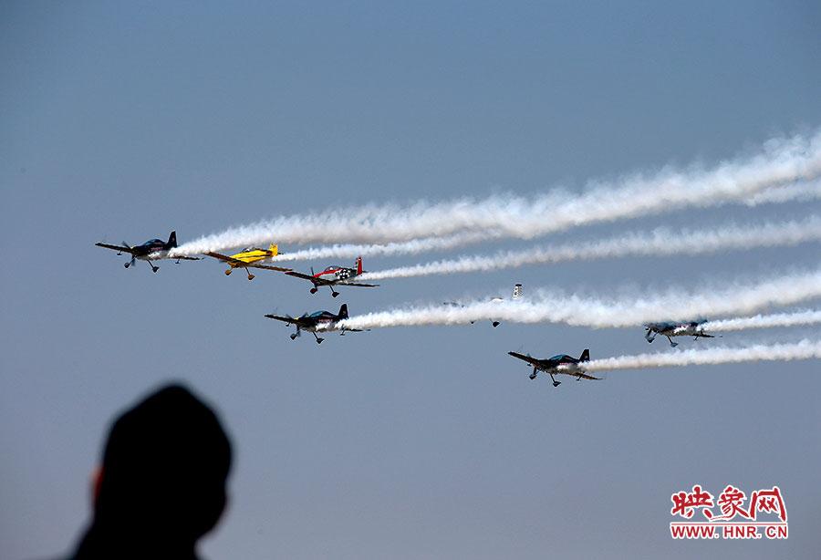 特技飞机像空中的精灵,给郑州的观众带来了一场视觉盛宴。