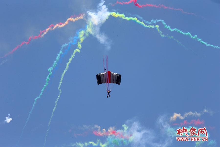 五颜六色的彩色烟雾,将郑州的天空衬托的更加绚丽。