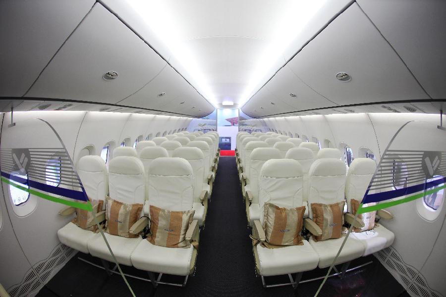 """C919就要""""上天""""了,记者从中国商飞有限责任公司获得C919若干内舱、驾驶舱以及外观照片,一起来看。图为机舱内部。"""